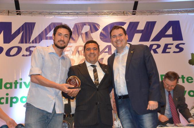 Beto Rosado entrega premiação a Celso Lanches